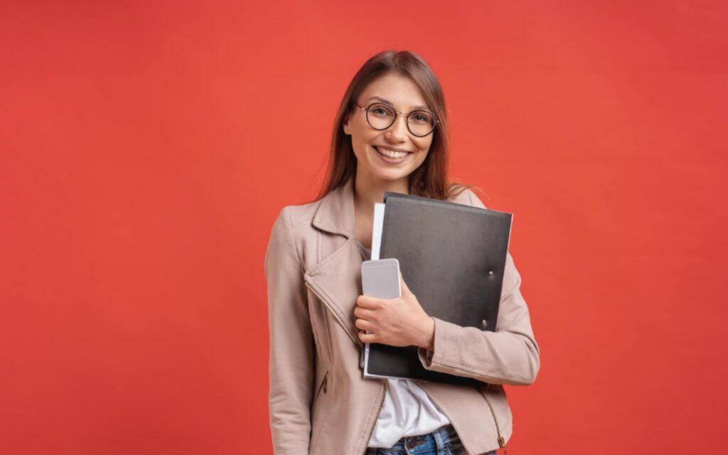 Zdjęcie przedstawiające uśmiechniętą pracownicę Poradni w Chrzanowie