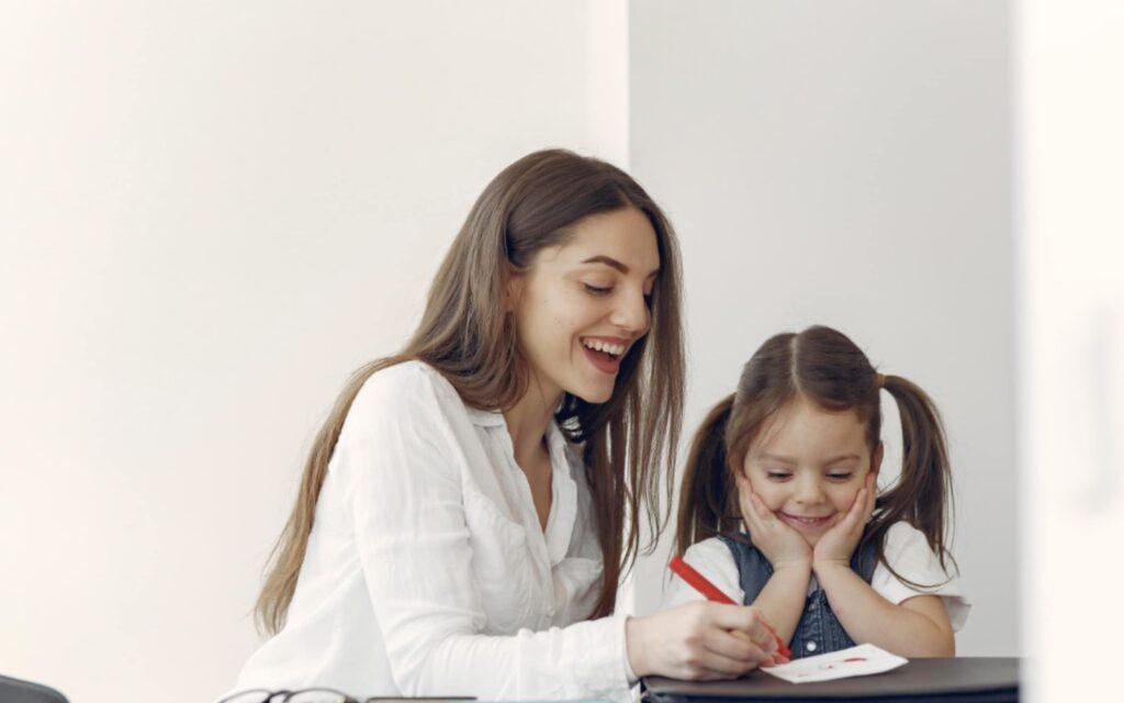 Matka z córką wspólnie rysują